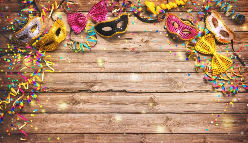 Fondo colorido del carnaval o del cumpleaños con las máscaras de la mascarada fotografía de archivo