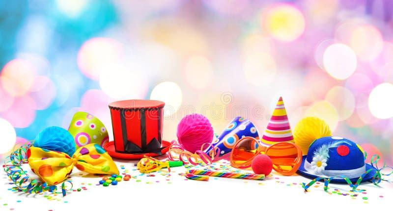 Fondo colorido del cumpleaños o del carnaval con los artículos del partido aislados en blanco fotos de archivo libres de regalías