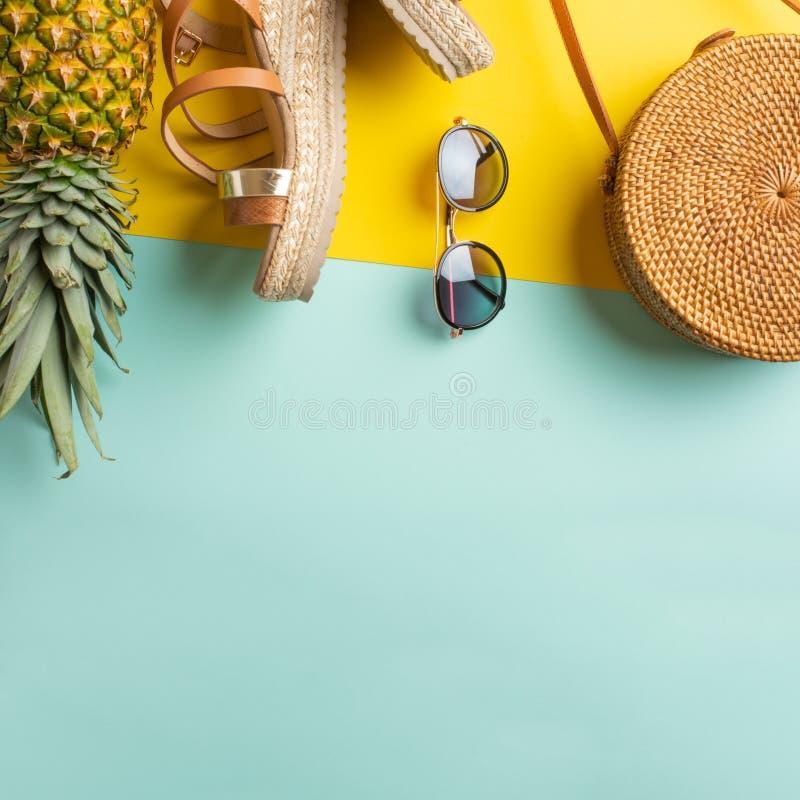 Fondo colorido del verano con el bolso de mimbre, zapatos tropicales de la piña y de las mujeres y vidrios de sol Moda del verano fotos de archivo