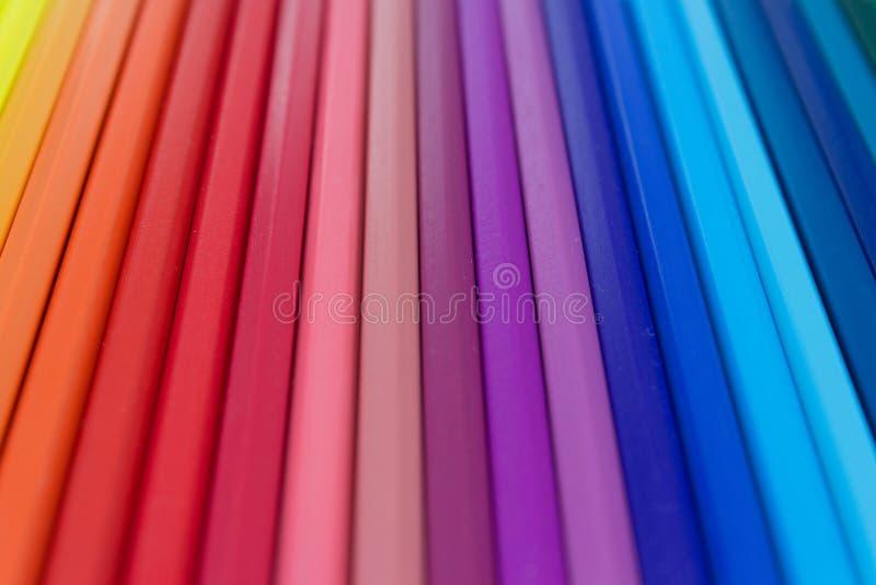 Fondo colorido - la fila del color clasificó los lápices macros imagen de archivo libre de regalías