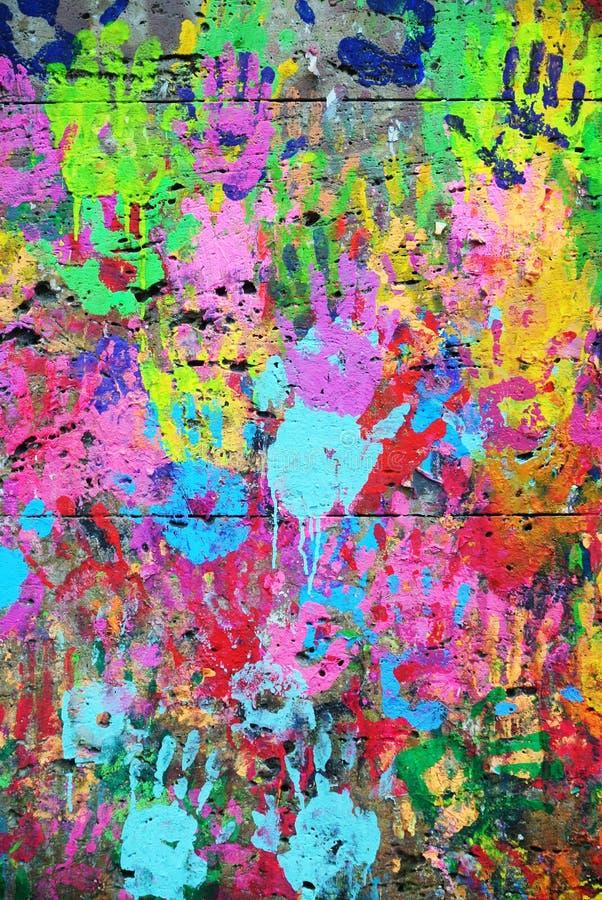 Fondo colorido pintado pared con las impresiones de la mano imágenes de archivo libres de regalías