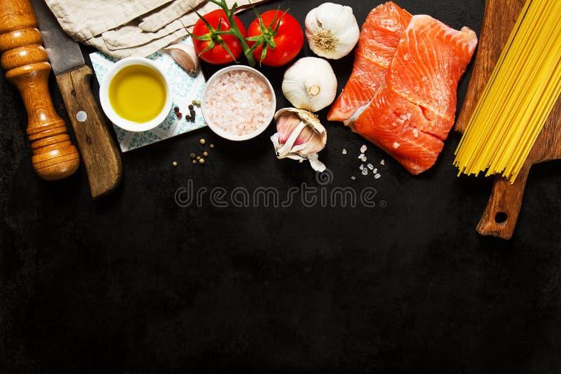Fondo colorido sabroso de la comida con los salmones frescos de los pescados crudos y el Co foto de archivo libre de regalías