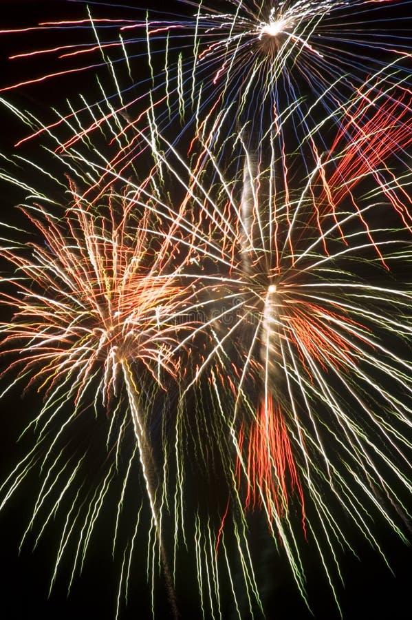 Fondo completo del marco de la visualización colorida de los fuegos artificiales fotografía de archivo