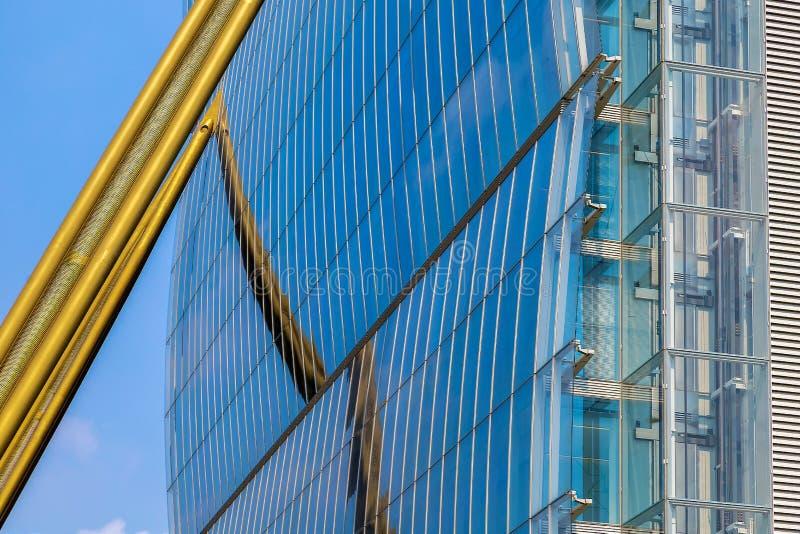 Fondo con el detalle de la fachada del edificio arquitectónico de la oficina futurista imagen de archivo libre de regalías