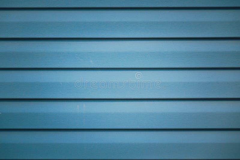 Fondo con el fragmento rayado met?lico azul de la fachada de un edificio imágenes de archivo libres de regalías