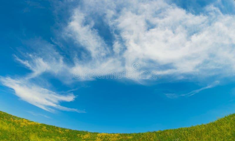 Download Fondo Con El Prado Y Las Nubes Foto de archivo - Imagen de cloudscape, outdoors: 41918692