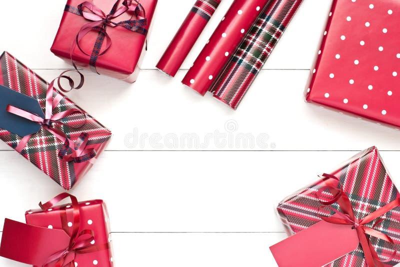 Fondo con i contenitori di regalo, vista superiore di Natale con lo spazio della copia fotografia stock