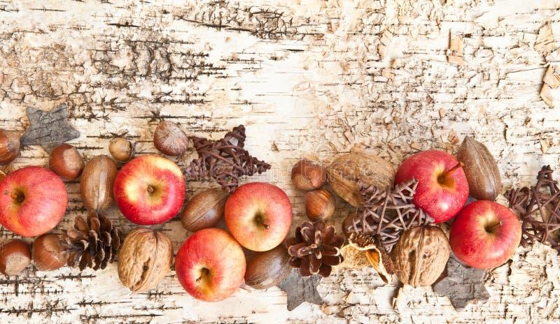 Fondo con i dadi e le mele immagini stock libere da diritti