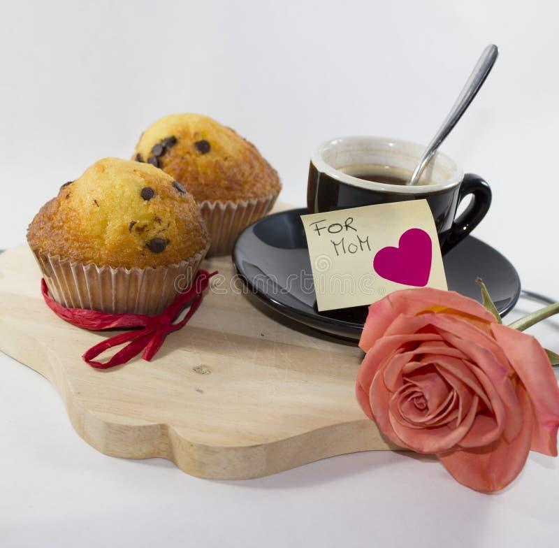 Fondo con i muffin rosa della tazza due del vassoio e la carta adesiva immagini stock libere da diritti