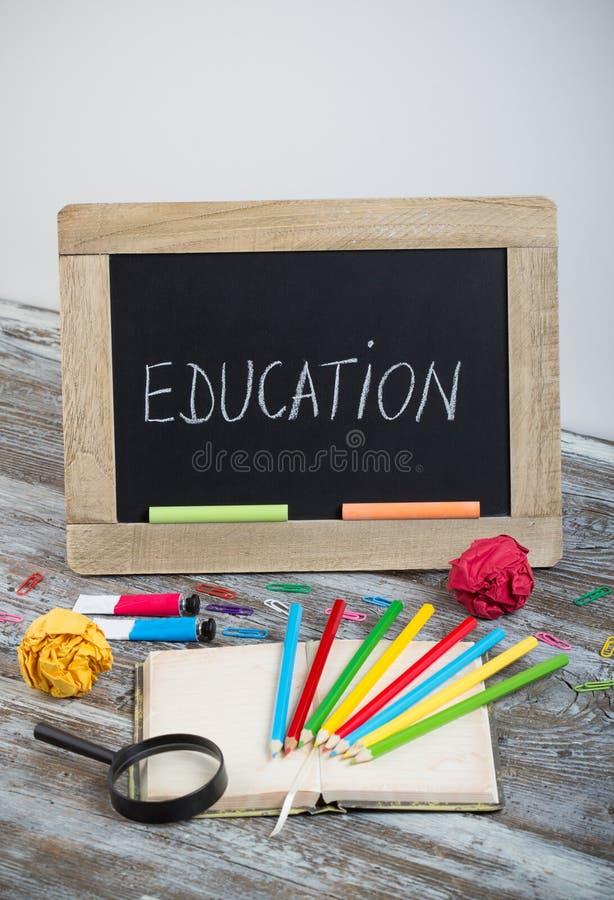 Fondo con i rifornimenti di scuola speciali, conclusione di istruzione del holida immagine stock libera da diritti