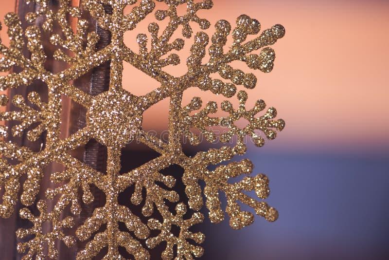fondo con il fiocco di neve della decorazione di natale Concetto della decorazione di festa fotografia stock