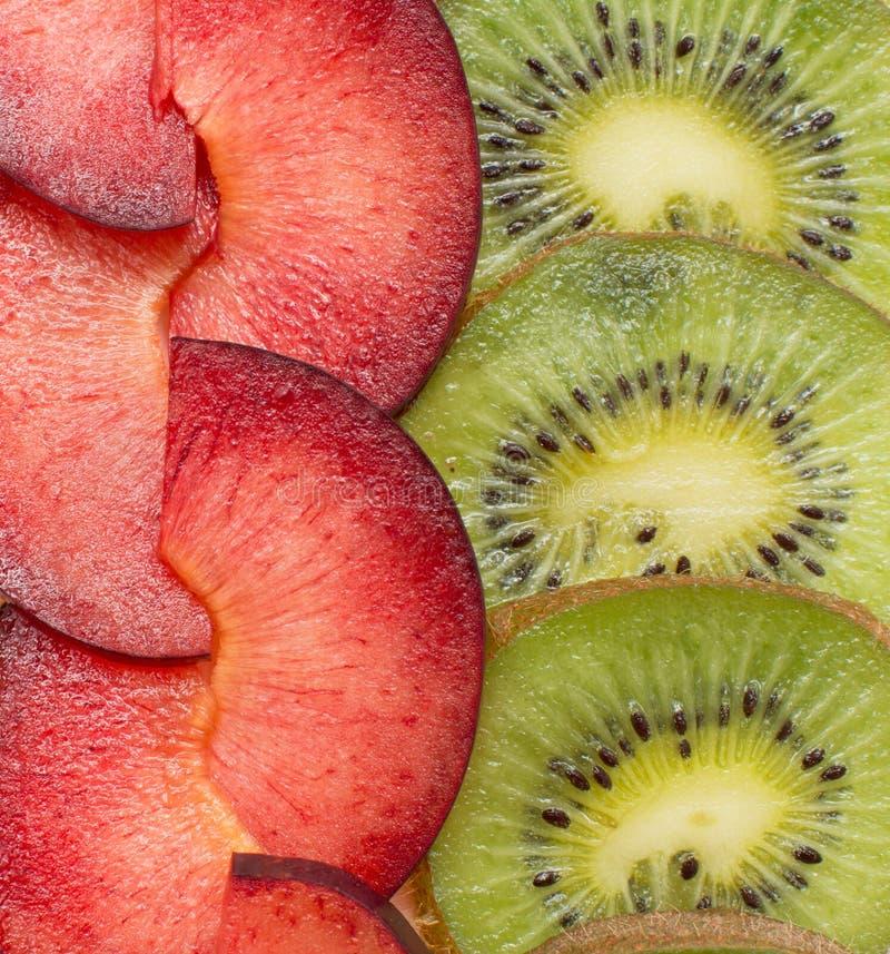 Fondo con il kiwi e la prugna immagini stock libere da diritti