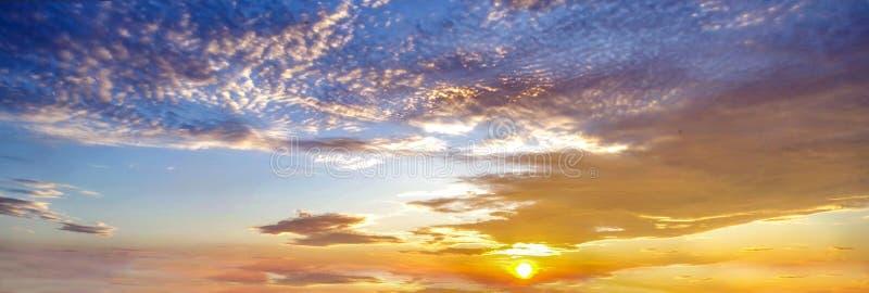 Fondo con la magia de las nubes y del cielo en el amanecer, salida del sol, parte 12 de la puesta del sol fotografía de archivo libre de regalías