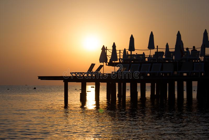 Fondo con la opinión hermosa de la puesta del sol del mar con tonalidades anaranjadas y de oro calientes fotografía de archivo