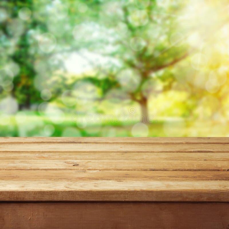 Fondo con la tabella di legno della piattaforma immagine stock libera da diritti