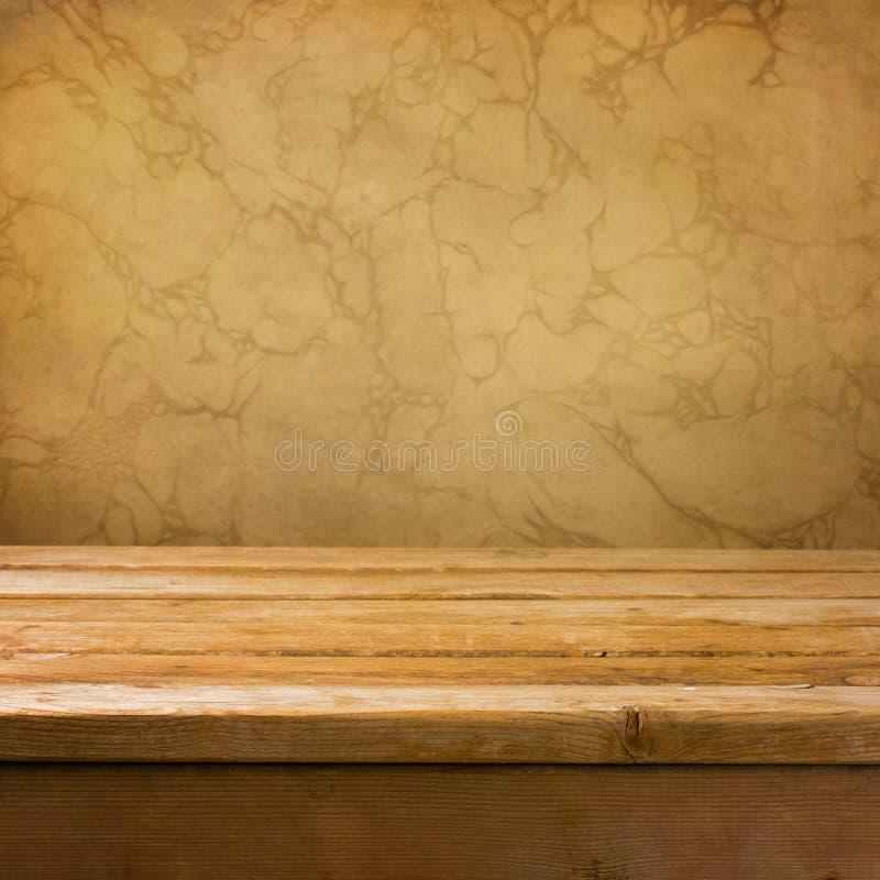 Fondo con la tabella di legno vuota della piattaforma fotografia stock libera da diritti