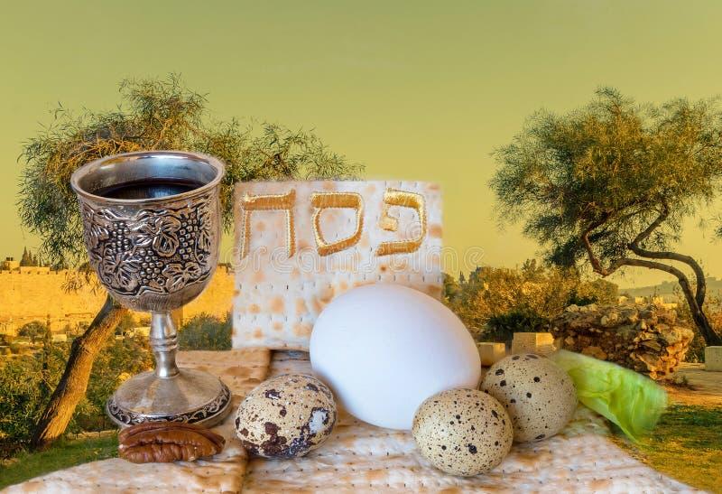 Fondo con las colinas santas de Jerusalén y de la comida tradicional para la pascua judía foto de archivo