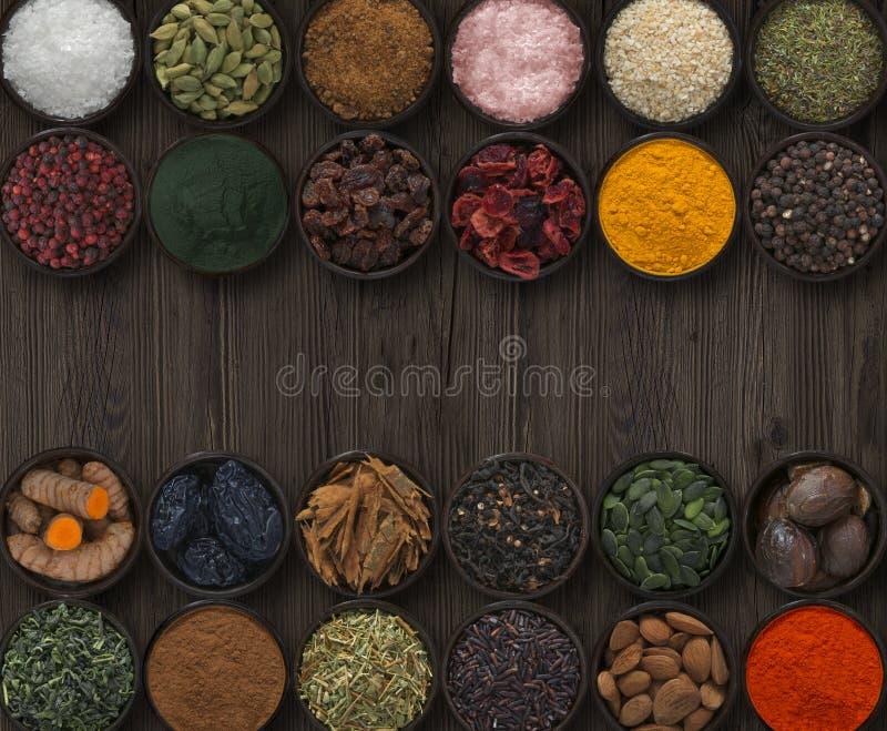 Fondo con las diversas especias y semillas fotos de archivo