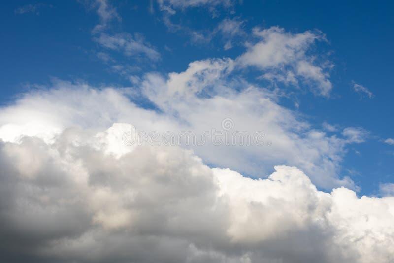Fondo con las nubes grandes, nube del cielo azul de cúmulo grande imagen de archivo libre de regalías