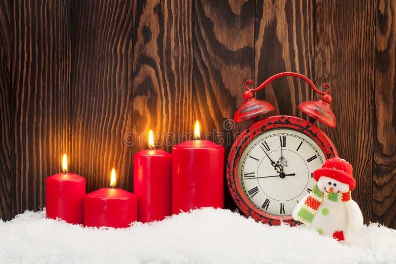 Fondo con las velas, despertador de la Navidad fotografía de archivo