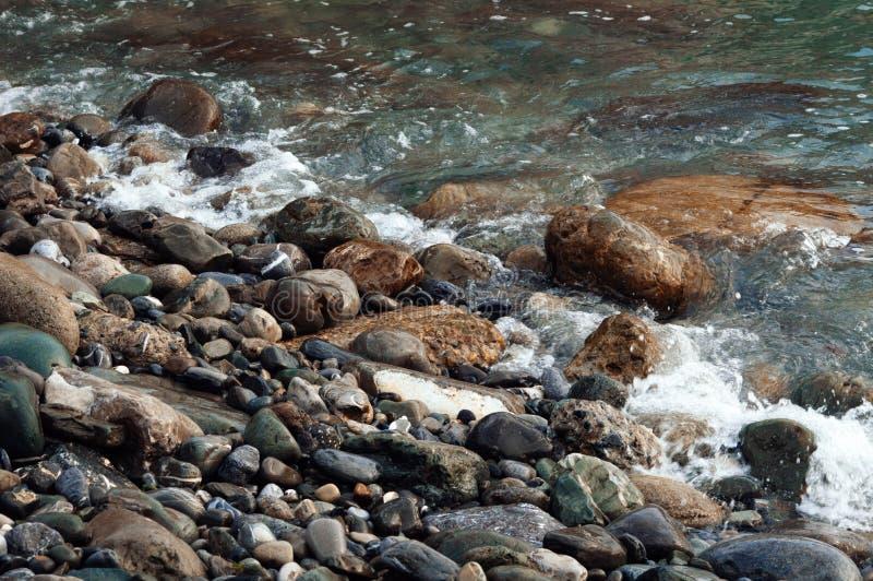 Fondo con le belle pietre ed acqua bagnate immagini stock