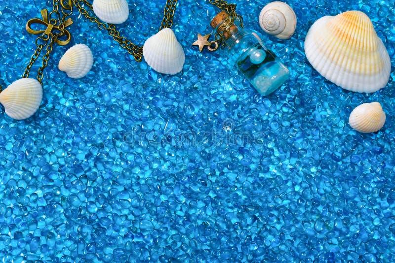 Fondo con le conchiglie, lumaca, bottiglia di vetro del blu di oceano immagine stock libera da diritti