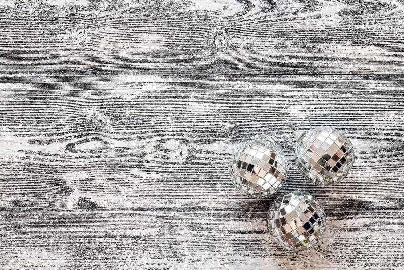Fondo con le palle di Natale dello specchio sui bordi di legno grigi fotografia stock
