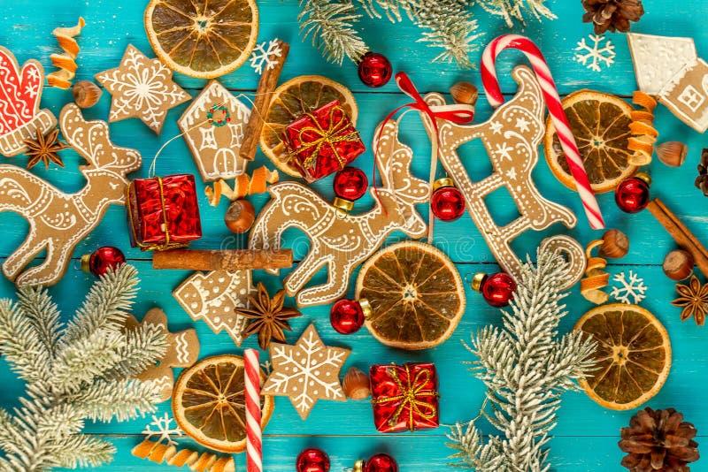 Fondo con le palle, i biscotti di Natale, i fiocchi di neve e le arance immagini stock