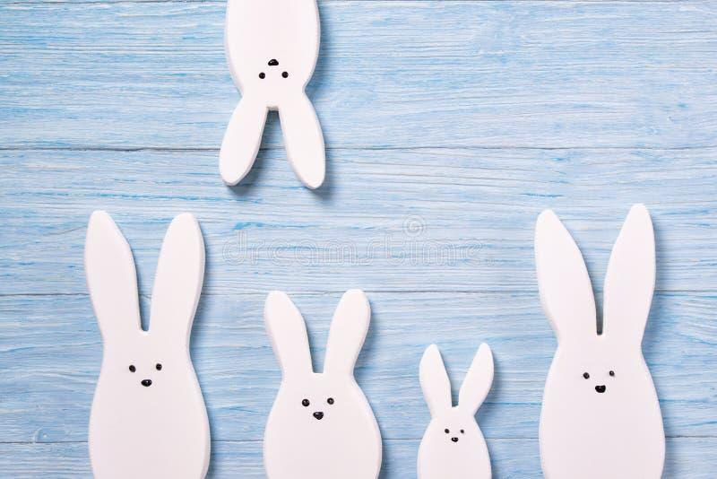Fondo con los conejos blancos, fondo de madera, visión superior de Pascua imagen de archivo