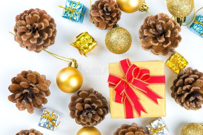 Fondo con los conos del pino, caja de la Navidad o del Año Nuevo de regalo, de oro imagen de archivo libre de regalías