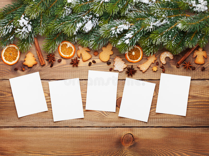 Fondo con los marcos de la foto, árbol de abeto de la nieve, especias de la Navidad imagen de archivo libre de regalías