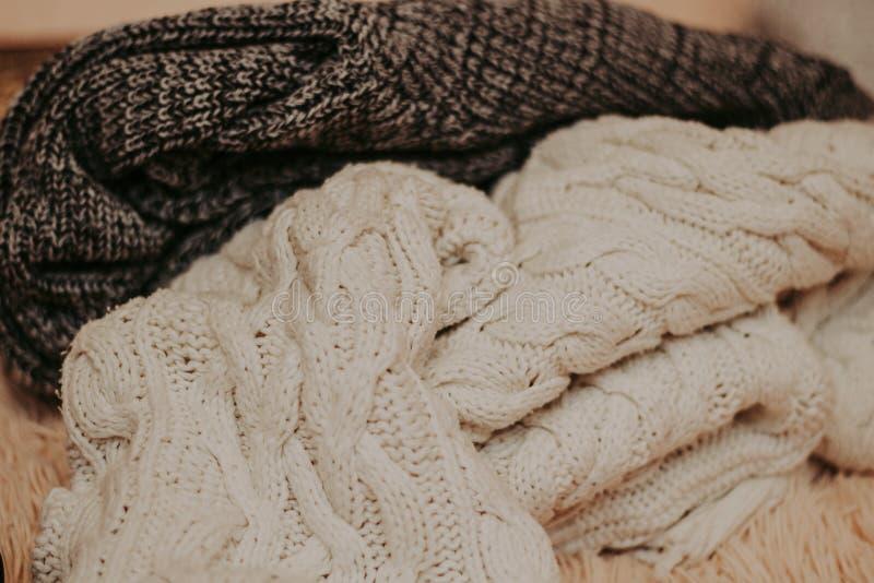 Fondo con los suéteres calientes Pila de ropa hecha punto, fondo caliente, géneros de punto, espacio para el texto, concepto del  imagen de archivo