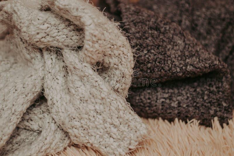 Fondo con los suéteres calientes Pila de ropa hecha punto, fondo caliente, géneros de punto, espacio para el texto, concepto del  imágenes de archivo libres de regalías