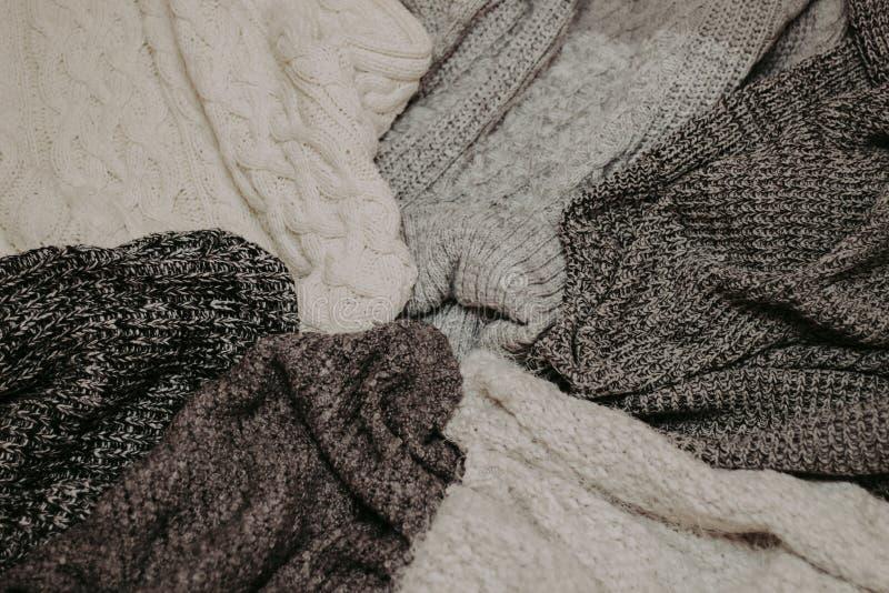 Fondo con los suéteres calientes Pila de ropa hecha punto, fondo caliente, géneros de punto, espacio para el texto, concepto del  fotos de archivo libres de regalías