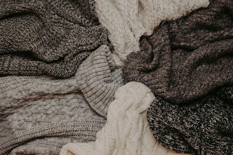 Fondo con los suéteres calientes Pila de ropa hecha punto, fondo caliente, géneros de punto, espacio para el texto, concepto del  imagen de archivo libre de regalías