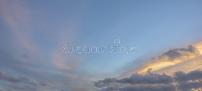 Fondo con magia del cielo e delle nuvole ad alba, tramonto, parte 9 del cielo di panorama fotografie stock