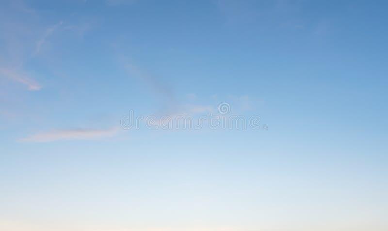 Fondo con magia del cielo e delle nuvole alla parte 17 di penombra e di alba fotografia stock