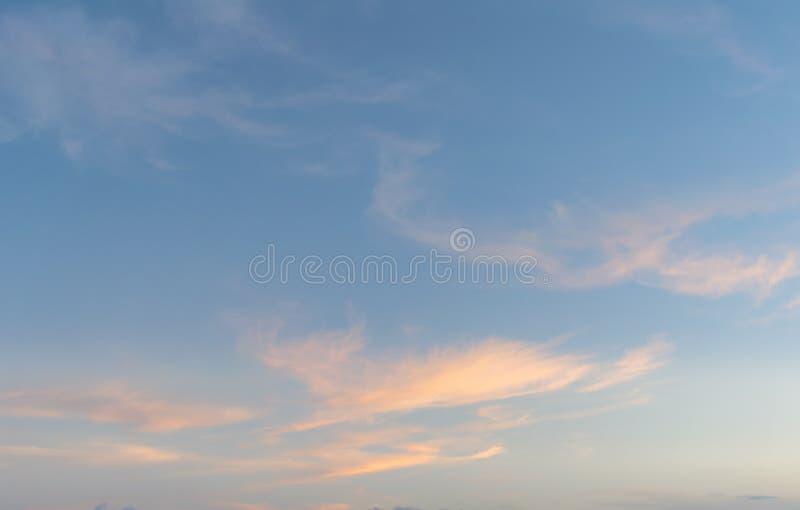 Fondo con magia del cielo e delle nuvole alla parte 15 di penombra e di alba immagini stock