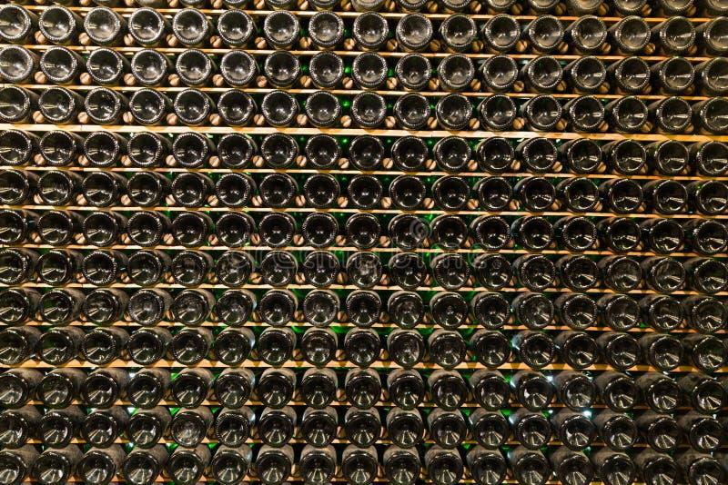 Fondo con muchas botellas de cristal fotos de archivo