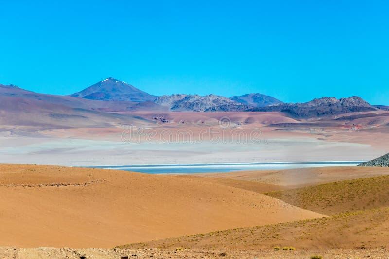 Fondo con paesaggio sterile del deserto nel boliviano le Ande, nella riserva naturale Edoardo Avaroa fotografia stock