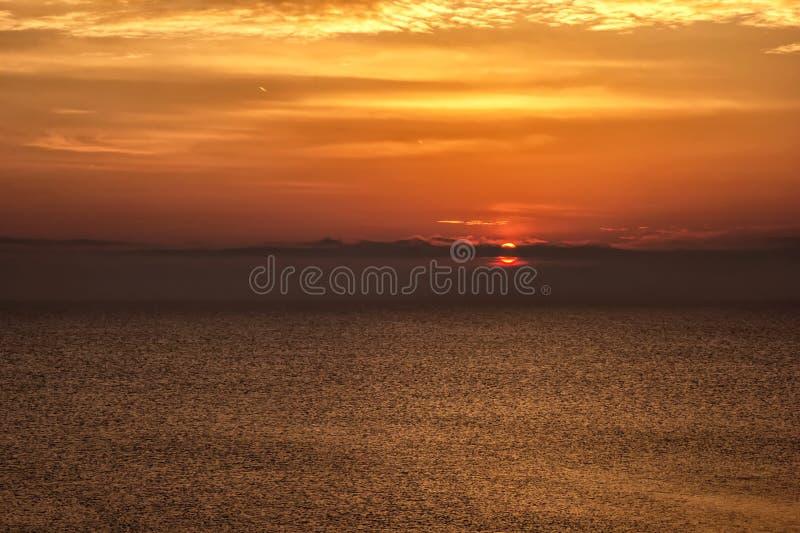Fondo con salida del sol/puesta del sol rojas imágenes de archivo libres de regalías