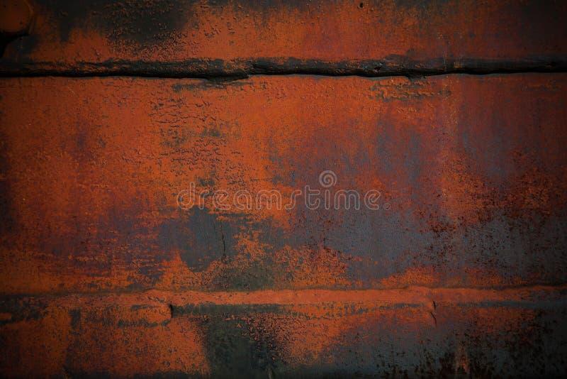 Fondo con spazio La struttura del metallo parzialmente dipinto in arancia immagine stock libera da diritti
