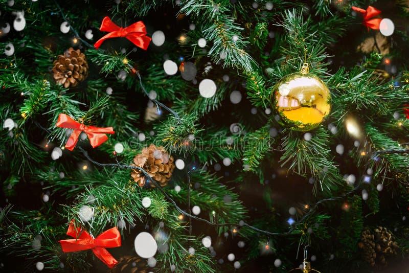 Fondo con un árbol de navidad fotografía de archivo