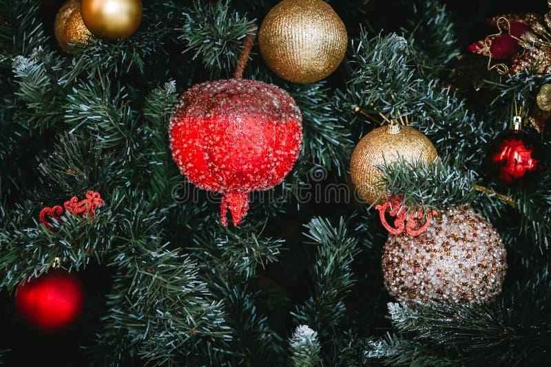 Fondo con un árbol de navidad, juguetes de la Navidad fotos de archivo libres de regalías