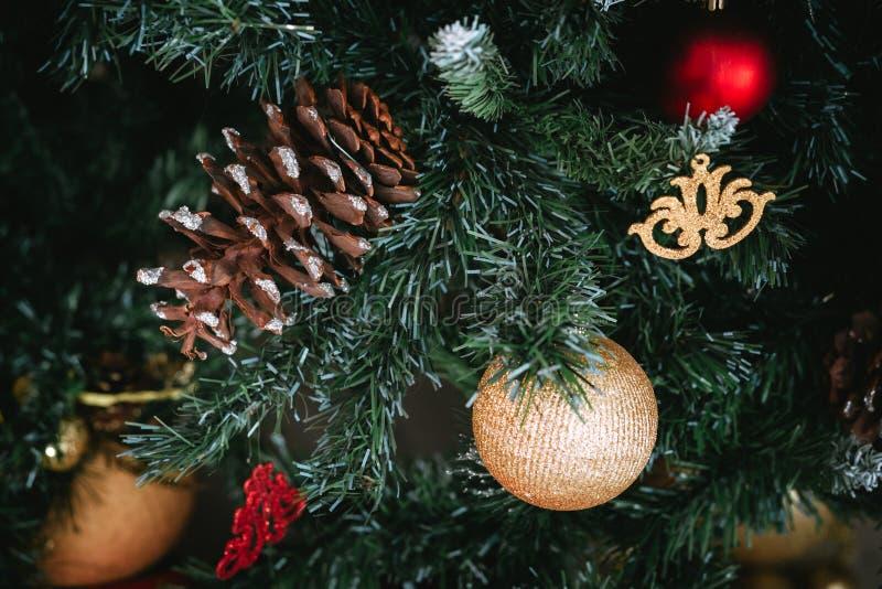 Fondo con un árbol de navidad, juguetes de la Navidad fotografía de archivo