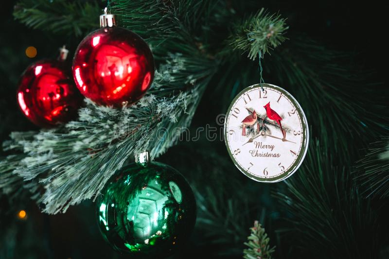 Fondo con un árbol de navidad, juguetes de la Navidad foto de archivo