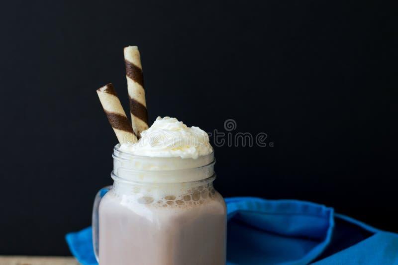 Fondo con una porzione di cioccolata calda casalinga fotografia stock libera da diritti