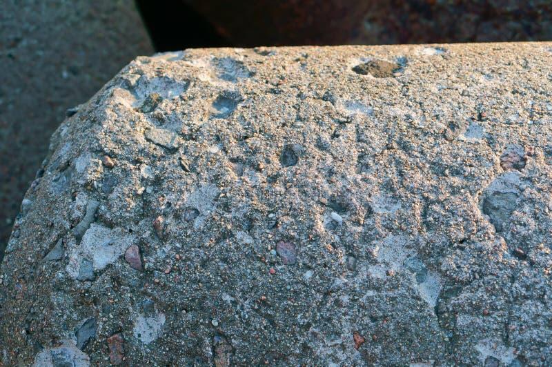 Fondo concreto sparpagliato con la pietra, la struttura di calcestruzzo fotografia stock libera da diritti