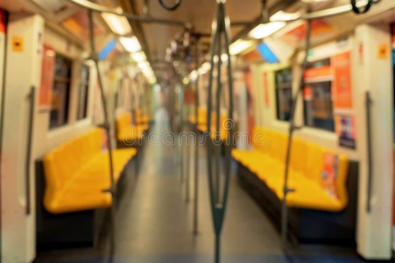 Fondo confuso dell'interno interno vuoto del treno, del sottopassaggio, o della metropolitana di trasporto pubblico nel transito  fotografie stock