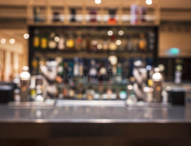 Fondo contrario del estante del cóctel del restaurante de la barra de la falta de definición de la sobremesa imagen de archivo libre de regalías
